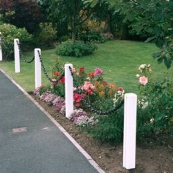Plastic 600mm White Post and 1M Black Chain Garden Fence Pack